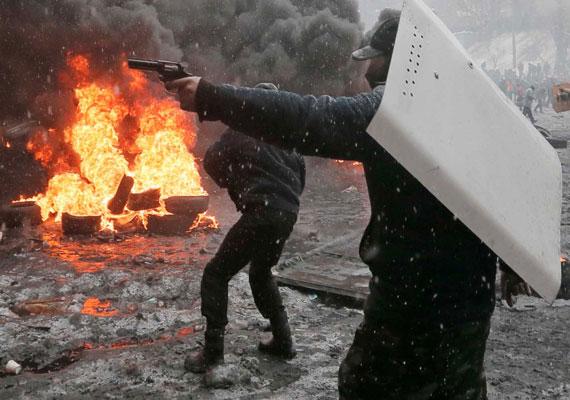 Februárra minden addiginál véresebbé váltak a kijevi tüntetések, melyek addigra országos méretűvé duzzadtak. A vérontások akkor értek véget, amikor Viktor Janukovics, az addigi elnök a hónap közepén eltűnt, majd kiderült, Oroszországba menekült. Pár nappal később a kijevi főtéren tüntetők és az éles golyók elől menekülők már a kormányalakításról tárgyaltak. Kiszabadult az addig egy börtönkórházban raboskodó egykori állam- és kormányfő, Julija Tyimosenkó.