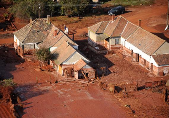 Rövid idő alatt közel 600-700 ezer köbméter lúgos iszap árasztotta el Kolontárt 2010-ben, amikor átszakadt a községhez közeli Ajkai Timföldgyár vörösiszap-tározójának gátja. Az ott lakók a károkat a mai napig nem tudták kiheverni. Rajtuk is lehetne segíteni például.