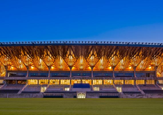 A stadion most még üres és tiszta - kíváncsian várjuk, hogy a tomboló szurkolók mikor teszik tönkre.