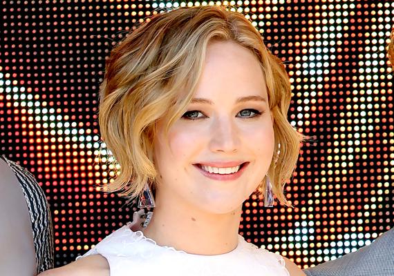 Az éhezők viadalának sztárját, Jennifer Lawrence-t az ICloud-fiókja kapcsán találták meg a hackerek, ahonnan rengeteg személyes képet mentettek le, majd töltöttek fel a netre, többek között pucér fotókat is, amelyeket a híresség akkori barátjának Nichola Houltnak küldött. A színésznő egy hónapig teljes némaságba burkolózott, majd mégis elmondta, hogy csak azért, mert közéleti személyiség, ezekhez senkinek semmi köze nem lenne, és nem hiszi el, hogy ilyen világban élünk.
