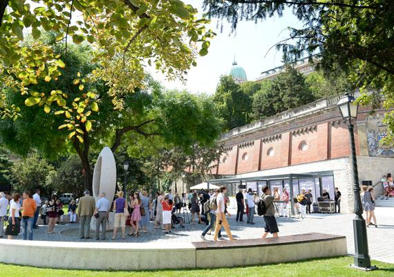 Júliusra lett kész a Clark Ádám tér, amely csodás zöld felületet kapott Borsos Miklós 1975-ben készített szobra köré.