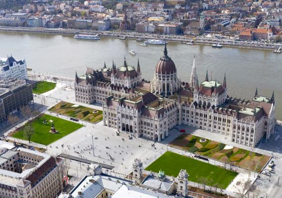 A Kossuth tér szintén új külsőt kapott. A Parlament előtti terület különlegessége, hogy a több mint 23 ezer négyzetméternyi zöldfelületből 11 ezer 800 négyzetmétert gyepszőnyeggel fedtek le. Ezen kívül a parkosított részeken 133 fát és 92 ezer darab cserjét ültettek el.