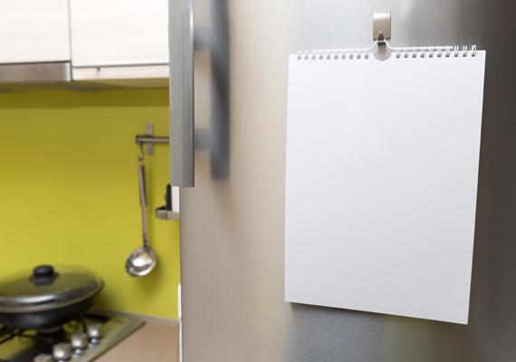 Ha olyan lakásban laksz, ahol a konyhára rögtön rálátni a bejárattól, könnyen ott találhatod magadat, hogy már nyitod is a hűtőt. Amennyiben nincs másik bejárat, vagyis nem tudod ezt kiküszöbölni, akkor próbálj az előtérbe olyan tárgyakat helyezni, amik elterelik a figyelmedet.