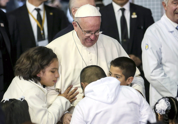 Ferenc pápa a a mexikóvárosi Federico Gómez gyermekkórházba is ellátogatott, ahol szemmel láthatóan nagyon örültek neki a gyerekek.