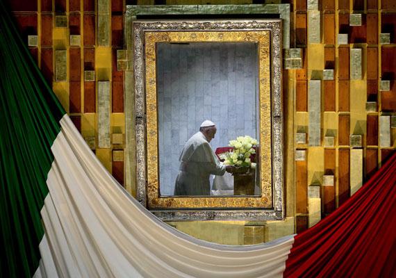 Az egyházfő a Guadalupei Szűzanya kegyképe előtt imádkozott, mely Mexikó legismertebb vallási, kulturális és nemzeti szimbóluma.