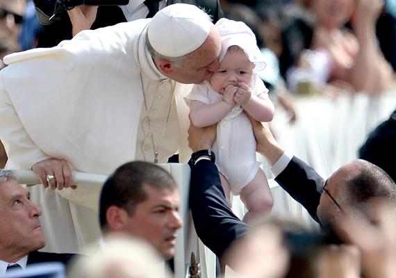 Húsvéti üzenetét az új pápa a hagyományoktól eltérően csak olasz nyelven mondta el.