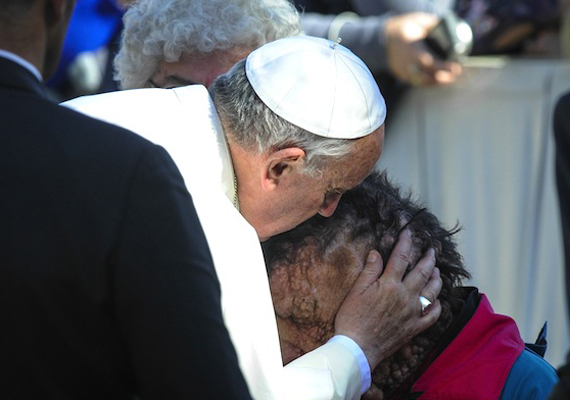 Ferenc pápa többször is felszólalt a kapzsiság és a pénz uralma ellen, szívén viseli a szegények, a betegek, az elesettek és a munkanélküliek sorsát.