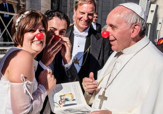 Ferenc pápa egy, a hét elején, Rómában tartott beszédébe csúszott be egy orbitális káromkodás. A pápa ugyanis a caso, azaz ügy helyett cazzót mondott, aminek talán a legfinomabb magyarfordítása az, hogy a francba. A pápa ezek után ugyanúgy folytatta a beszédét.