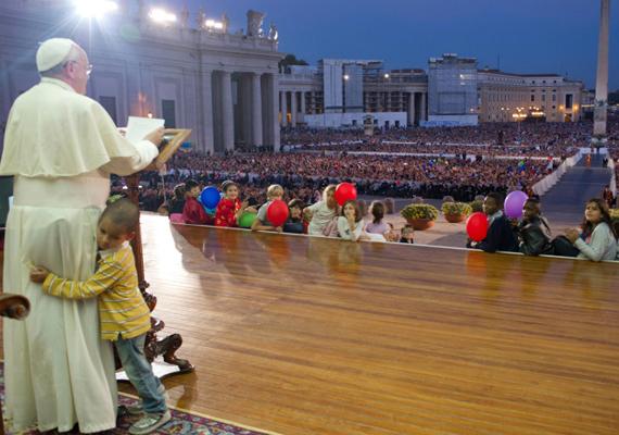 Még tavaly októberben Ferenc pápa egyik beszéde alatt egy kisfiú a pápa lábába csimpaszkodva le sem akart menni a színpadról, az egyházfő azonban csak jóságosan mosolygott, megsimogatta a kisfiú fejét, és beszélt tovább.