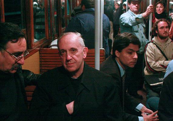 Ferenc pápa ugyanúgy tömegközlekedik, mint bárki más. Szerinte az ateistákkal minden rendben van, sőt, a hívők és az ateisták értékes szövetségesek lehetnek.