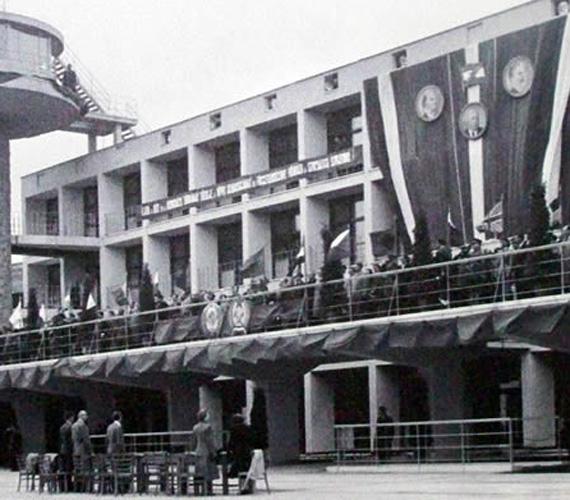 1950. május 7-én ünnepélyes keretek között megnyitották a Ferihegyi repülőteret a polgári forgalom számára. Eleinte a repülőtéren csak a Magyarországéhoz hasonló politikát folytató országok gépei közlekedtek. Az első nyugat-európai járat 1956 nyarán indult Bécsbe.