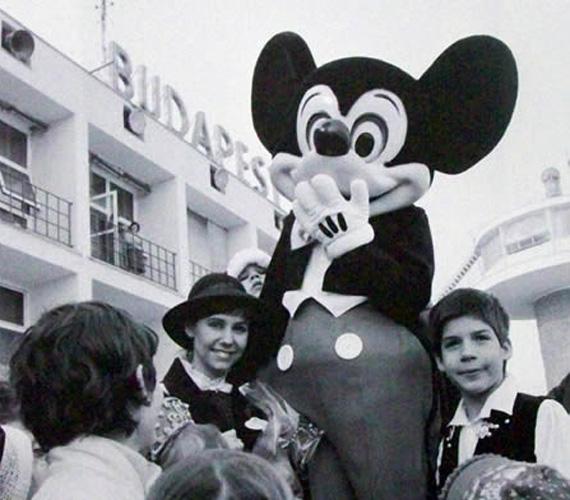 A Disneyland megalapításának 30. évfordulója alkalmából Ferihegyre látogat Mickey Mouse figurája 1985 februárjában. 1983-ra elkészült az új kifutópálya, az irányítótorony és a Malév-gépek karbantartására szolgáló műszaki bázis, valamint ebben az évben telepítették az egész magyarországi légteret ellenőrizni képes radarberendezést.