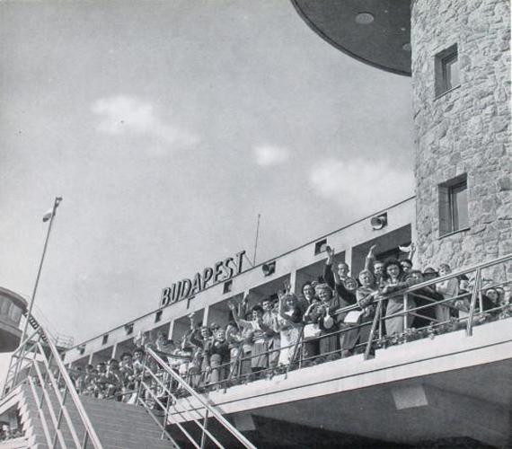 Búcsúzó utasok a Ferihegyi repülőtéren.