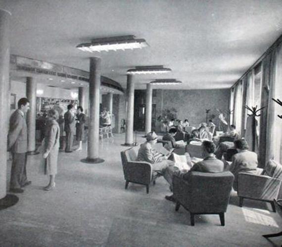 Tranzitváró Ferihegyen 1961-ben. A hatvanas évekre Ferihegy Közép-Európa legmodernebb repülőtere lett. Ekkorra készült el a tranzitváró, a radarberendezés, a bevezető fénysor, és meghosszabbították a kifutópályát.