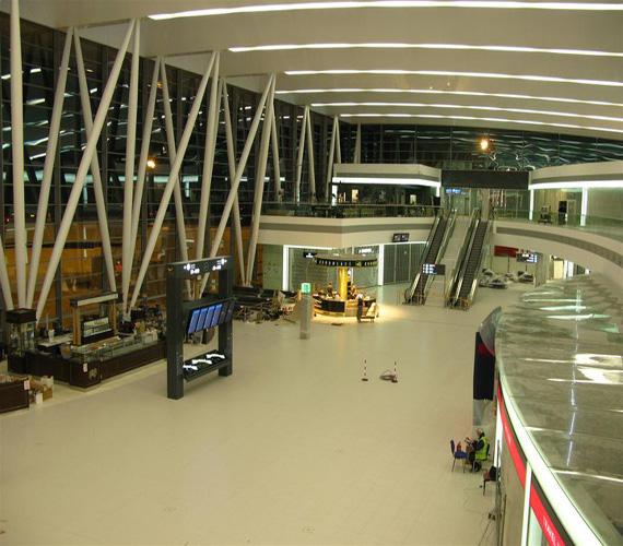 Liszt Ferenc születésének 200. évfordulója alkalmából a Ferihegy repülőteret átnevezték Liszt Ferenc Nemzetközi Repülőtérre 2011-ben. A képen a 40 ezer négyzetméter alapterületű SkyCourt, az 2-es A és B terminálokat összekötő folyosó.