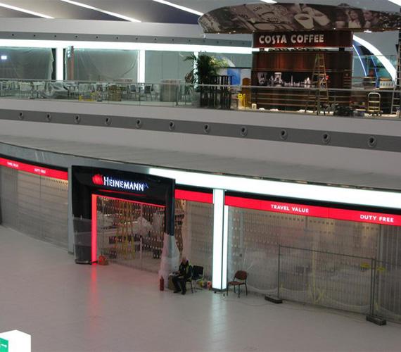 A készülő SkyCourt folyosó. A Liszt Ferenc Nemzetközi Repülőtéren több mint 52 légitársaság bonyolítja forgalmát menetrend szerint, és több mint száz városba lehet innen eljutni.