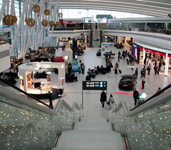 Karácsonyi dekoráció a 2B terminálon. 1998-ban nyitották meg a 2B terminált, ahová az összes külföldi légitársaság költözött. Ezzel párhuzamosan az 1-es terminál elnéptelenedett, így itt már csak teher- és a kisgépes forgalom, illetve alkalmi és kormányzati különgépek fogadása zajlik.