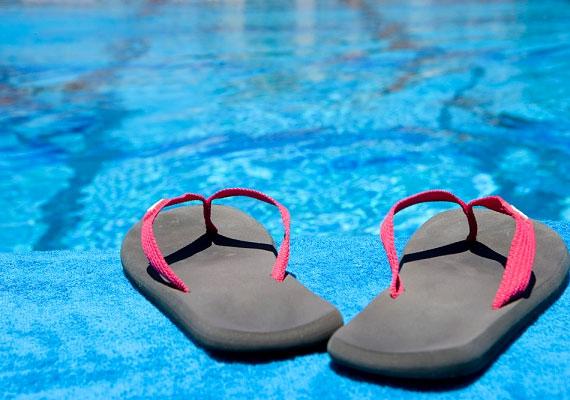 Ha a strandon zuhanyozol, vagy a medence közvetlen közelében mászkálsz, vegyél fel papucsot!
