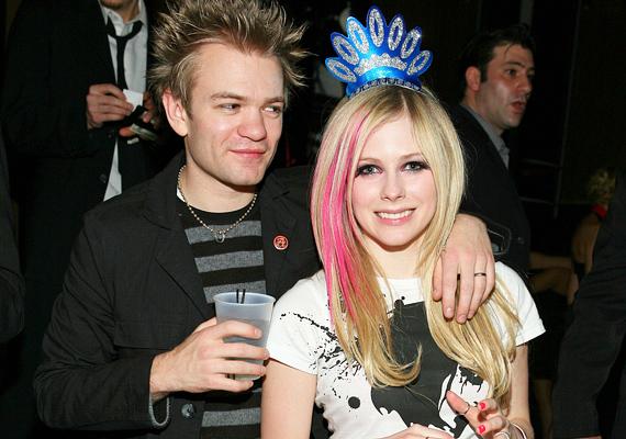 Hasonlóan nagy hévvel indult Avril Lavigne és a zenész Deryck Whibley szerelme. Az énekesnő csupán 22 éves volt, amikor összeházasodtak, de az ellentétek hamar kiütköztek, és három év után el is váltak útjaik.