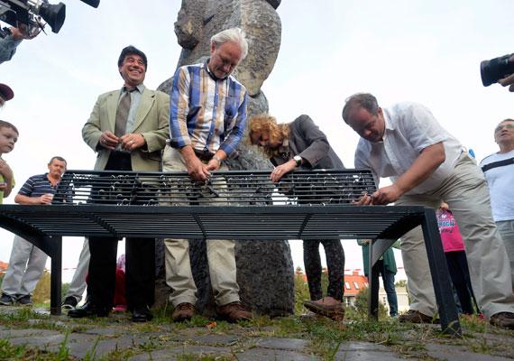 Hoffmann Tamás újbudai polgármester a gazdagréti lakótelep harmincadik születésnapján, három héttel a választás előtt a Szomszédok című sorozat egykori sztárjaival ünnepelt.