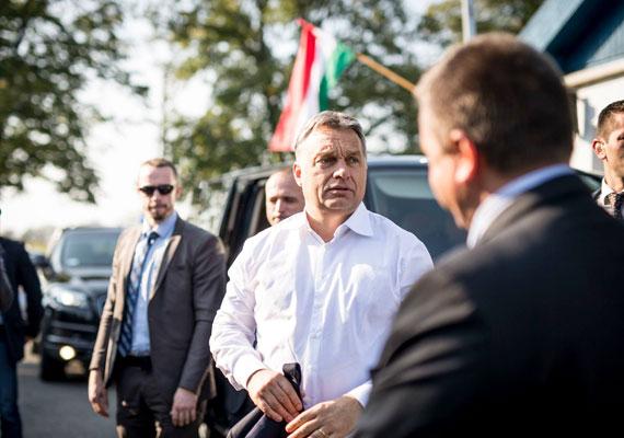 Orbán Viktor is besegített a kampányba. Mostanság megszaporodtak a vidéki gyáravatások, látogatások. A képen Nagyatádra érkezett a kormányfő, a Facebook-oldalára feltöltött galéria címe pedig Október 12: bízzon a Fideszben!