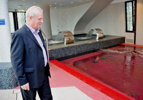 Tarlós István az átadókban látja a siker kulcsát. Japánkert, Zenélő kút, Várkert Bazár és most a Rudas Fürdő. Tarlós a török kori fürdő felújításának eredményeit tekinti meg a képen.