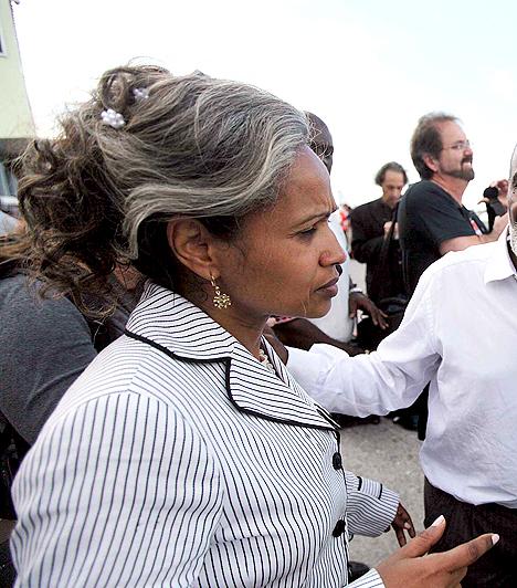 Elizabeth Preval  Haiti first lady-je, aki 2009-ben ment hozzá Rene Preval elnökhöz. Elizabeth üzletasszonyként dolgozik, és hat gyereket nevel. Előző férje 2001-ben halt meg.  Elizabeth túlélte a Haitit megrázó földrengést, amelynek idején a Nemzeti Palotában tartózkodott, ami később összedőlt, ám még azelőtt sikerült kiemenekülnie onnan.