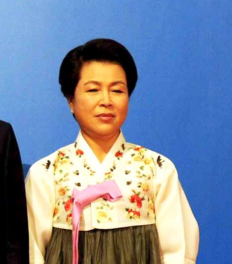 Kim Yoon-ok  Dél-Korea first lady-je, Lee Myung-bak elnök felesége. Férjével 1970-ben házasodtak össze, és egy fiúk valamint három lányuk született.  Kim Yoon-ok 2002 óta a Yonsei Egyetem női menedzserképzőjének az elnöke.
