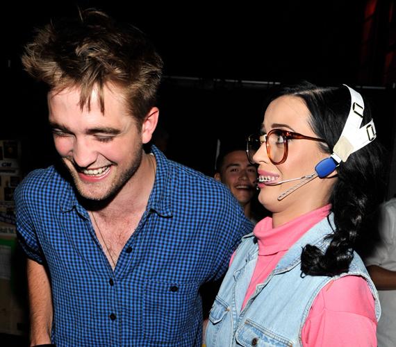 Robert Pattinson és Katy Perry jóban vannak, ám a viszonyuk csupán baráti. Ezt erősíti meg a tény, hogy Robert a szintén énekesnő FKA Twigsszel jár jegyben.