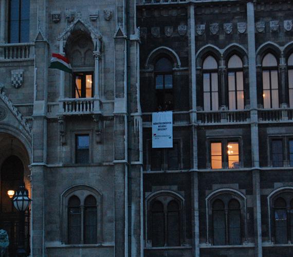 Valószínűleg az LMP képviselői kilógattak egy molinót a Parlament egyik ablakán.