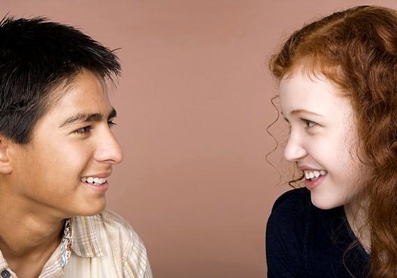 Ha mégis túl félénk, hogy odamenjen hozzád, te is bátran kezdeményezhetsz beszélgetést a fiúval.