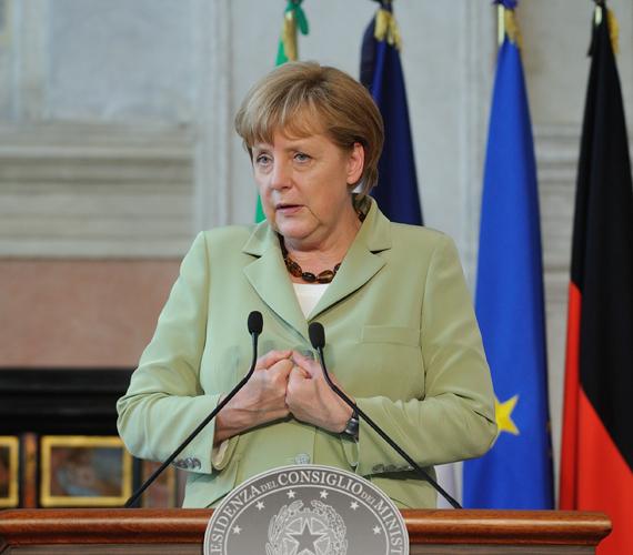 Délután még sajtótájékoztatót tartott - ugyanabban a ruhában - Rómában, ahol az euróövezet négy legnagyobb gazdaságának vezetőjével tárgyalt.