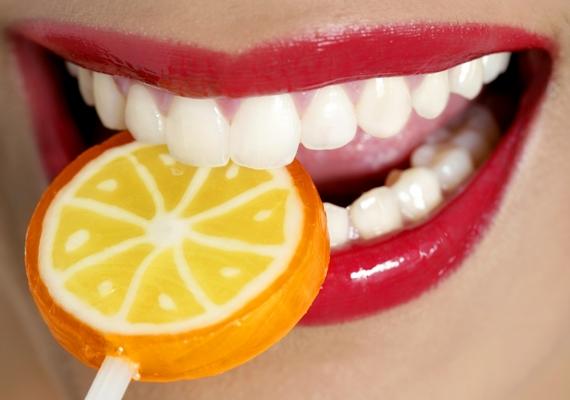 A keménycukorkákat vagy a nyalókát nem arra találták ki, hogy összerágd őket, hiszen túl kemények, ami hatalmas megerőltetést jelent a fogaknak. Arról nem beszélve, hogy a káros cukordarabkák még bele is ragadnak a göröngyökbe, és elősegítik a lyukak kialakulását.