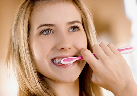 Vigyáznod kell fogmosás közben is, mert ha túl erősen használod a fogkefét, felsérted az ínyedet, koptatod a fogzománcot és érzékennyé teszed a fogaidat. Ne sikálj, és ne nyomd rá a fogkefét a fogakra, óvatos mozdulatokkal dolgozz!