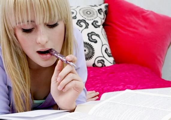 Megesik, hogy ha tanulsz vagy elgondolkodsz, rágcsálod a tollad végét? Ez nemcsak azért veszélyes, mert baktériumokat juttat a szájba, de a fogzománcot is koptatja, és fogrepedést vagy -törést idézhet elő.