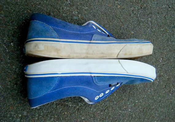 A cipő fehér vásznáról és gumis talpáról remekül eltávolíthatóak a szennyeződések, ha fogkrémmel és egy régi fogkefével megsikálod. A képen látható cipő tulajdonosa is ezt tette, és szembetűnő a különbség.