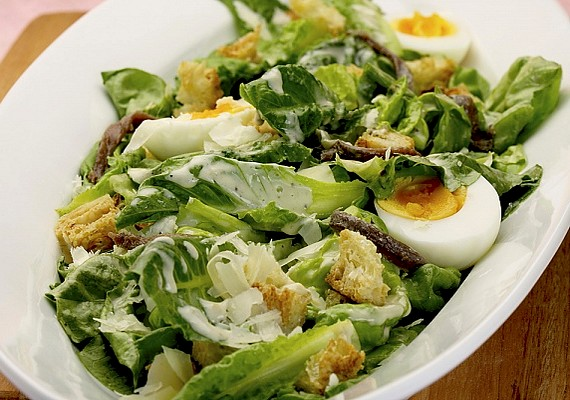 Egy karcsúsító salátával is jól lehet lakni, ha például a tojás is szerepel a hozzávalók listáján.