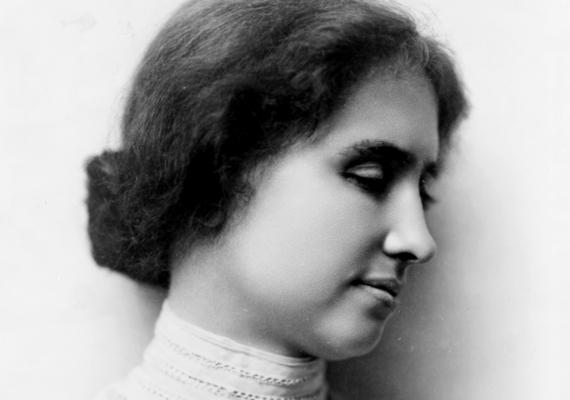 Helen Keller 1880 és 1968 között élt. Másfél éves korában súlyos beteg lett, aminek szövődményeként elvesztette a hallását és a látását is. Akkor sikerült kitörnie a teljes elszigeteltségből, amikor saját jelnyelvet alakított ki a család szakácsának kislányával. Felnőttkorárahíres aktivista és írónő lett belőle.