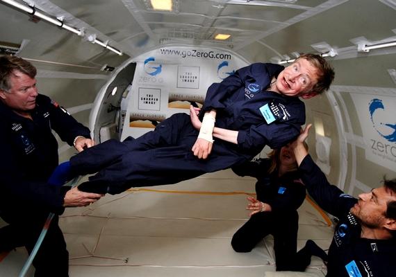 Stephen Hawking nem egy egyszerű fizikus: munkásságával olyan átütő felfedezéseket tett, amelyek alapjaiban változtatták meg a kutatásokat. A most 71 éves tudós 20 éves volt, amikormotoros neuronbetegséget diagnosztizáltak nála: a kór amozgatóidegek elsorvadását okozza, és nagyon ritka, hogy valaki tíz évnél tovább él együtt vele.
