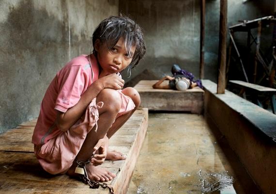 A kiszolgáltatott, beteg emberekkel a dolgozók rettenetesen bánnak, sokakat leláncolva tartanak - ez a lány még a szerencsésebbek közé tartozik, neki legalább a kezeit szabadon hagyták.