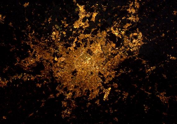 A Nemzetközi űrállomásról az éjszakai Párizs egy hatalmas fénypacának tűnik.