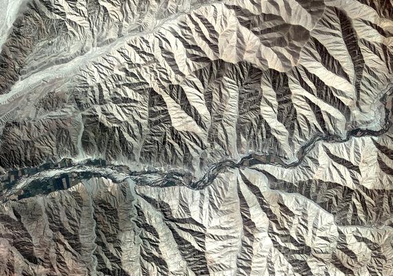 AzEurópai Űrügynökség rendszeresen megörvendezteti a közönséget valamilyen lenyűgöző felvétellel. A gyűrött papírhoz hasonlító táj egy perui hegyvidék.