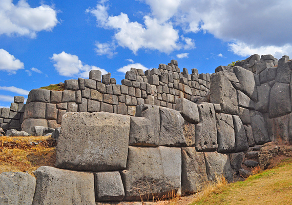 A Peruban fekvő Sacsayhuamán kőfal 1983 óta a Világörökség része, azt azonban, hogy hogyan sikerült az inkáknak megépíteni, a mai napig titok fedi. Pontosan emiatt gondolják sokan, hogy az inkák földönkívüliektől segítséget kaptak az építéskor.