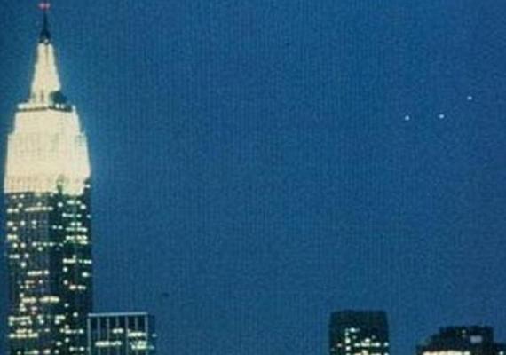 1984-ben egy New Jersey-i férfi, Philipe Orego elmondása szerint három gyanús fénypontot látott lebegni Manhattan felett, ezért fényképezőgépet ragadott. A képet megvizsgálták a szakértők, de nem bizonyult hamisítványnak.