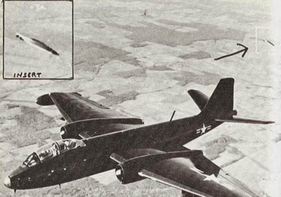 A kép1957-ben készült a kaliforniai Edwards légitámaszpont közelében. A vadászgépet egy repülő tárgy követi, amit ki is emeltek, de sohasem azonosítottak.