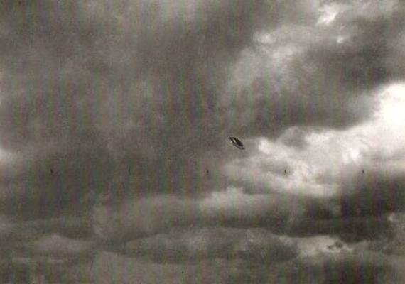 Ezt az 1956-os fotót egy meteorológusnő készítette, akire nagy hatással volt az eset: hogy később arról számolt be, hogy egy fehér hajú idegen lény teherbe ejtette őt.