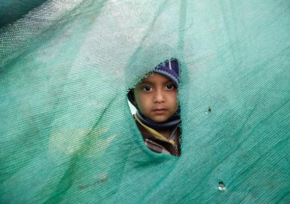 Egy kisgyerek az egyik sátortáborban, ahová azokat telepítették, akiknek a földrengés lakhatatlanná tette az otthonát.