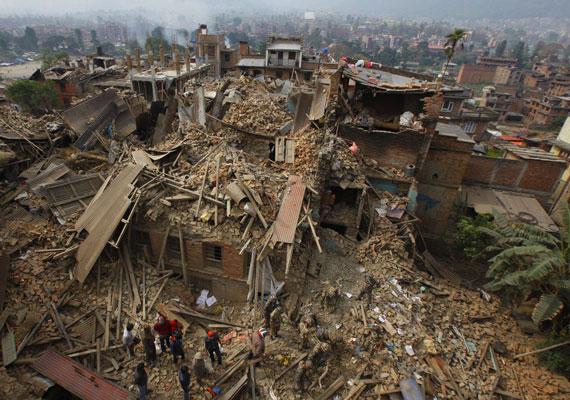 Főleg a fővárosban, Katmanduban pusztított a rengés, itt rengeteg házat rombolt le teljesen.