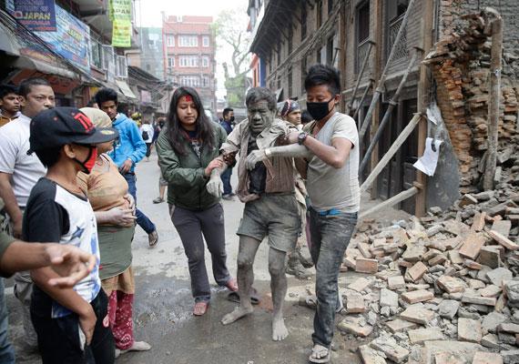 Sérültet mentenek ki a házak romjai alól.
