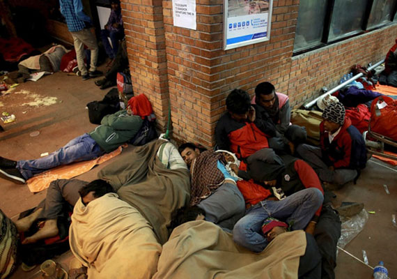 Több tízezren alszanak az utcán, pedig az idő elég mostoha, éjszaka rendkívül hideg van. Azok sem mernek otthonukban éjszakázni, akiknek épen maradt a lakása, ugyanis félnek, hogy egy utórengésben rájuk dől az épület.